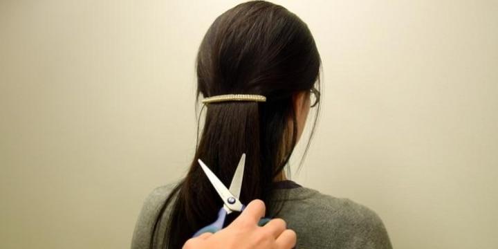 電車内で「女性の髪」をハサミで切断した男性逮捕…傷害罪なのか、暴行罪なのか