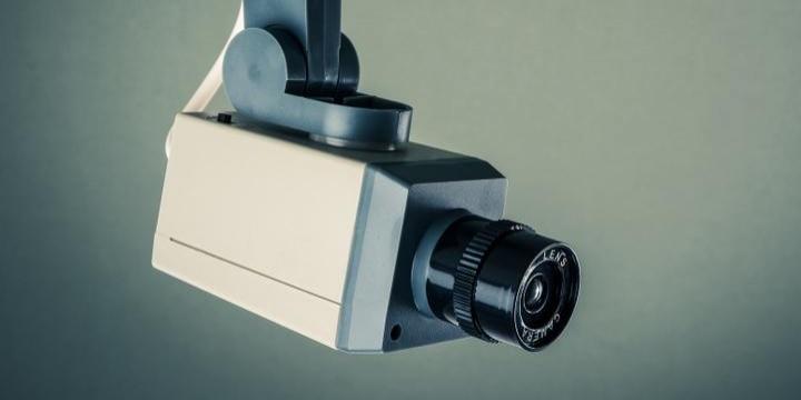「万引き犯です」コンビニ店内に防犯カメラ画像を貼り出し、どんな法的問題がある?