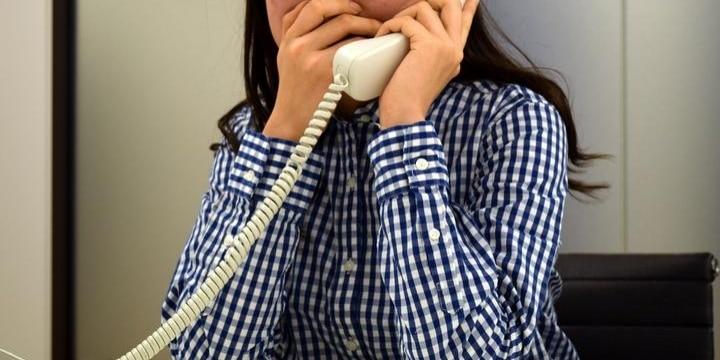レンタルDVD店、女性店員に「AVタイトルを復唱」させる客からの電話…犯罪では?