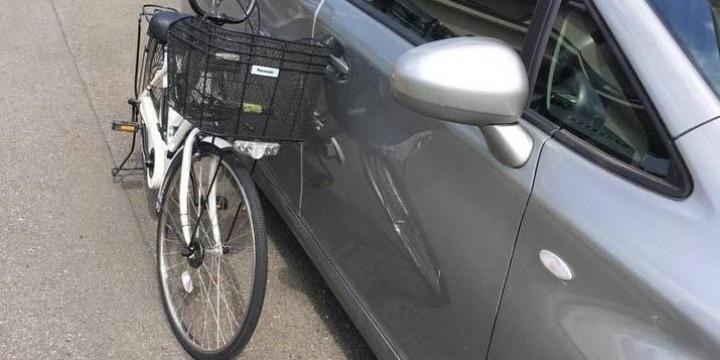 歩道に止めた自転車、風にあおられ停止中の車を傷つけた! 責任問題はどうなる?