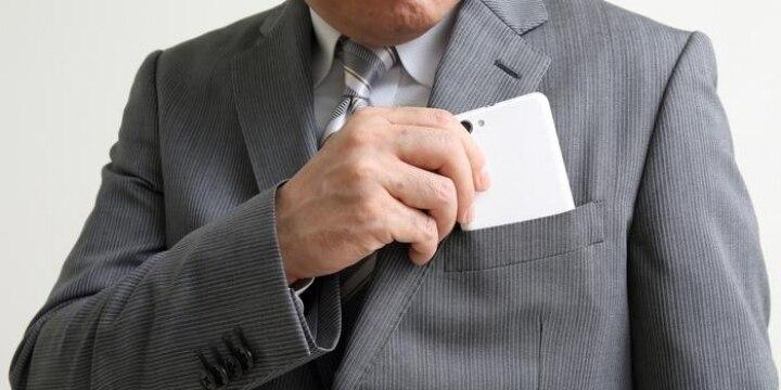 共同通信デスクが社内で女性社員の胸や足を盗撮…服の上からの撮影も犯罪になる?